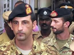 Latorre e Girone parlano con i media preoccupati per l'accusa di terrorismo