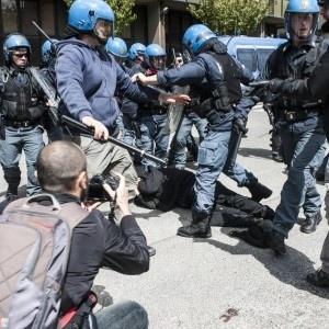 Sgomberato uno stabile alla Montagnola Roma. 19 feriti, anche tra le forze dell'ordine