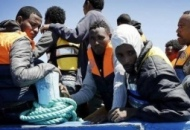 Disastro a Lampedusa in 400 finiscono in mare