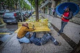 Rimossi i braccioli anti barbone dalle panchine della città di Bergamo