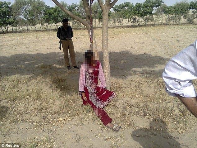 Una donna di vent'anni è stata stuprata e impiccata a un albero in Pakistan