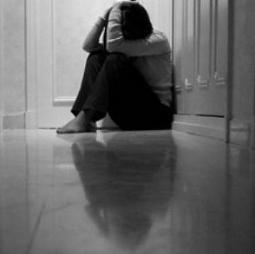 Ragazzina di 17 anni si suicida a scuola. Lascia una lettera in cui incrimina i genitori